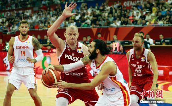 9月10日晚,在上海举走的2019年国际篮联篮球世界杯四分之一决赛中,西班牙队以90比78制服波兰队,顺当晋级四强。图为西班牙男篮9号队员里基-卢比奥在比赛中传球。 汤彦俊 摄