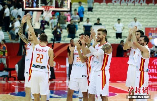 9月10日早,正在上海举办的2019年国际篮联篮球天下杯四分之一决赛中,西班牙队以90比78打败波兰队,顺遂升级四强。汤彦俊 摄