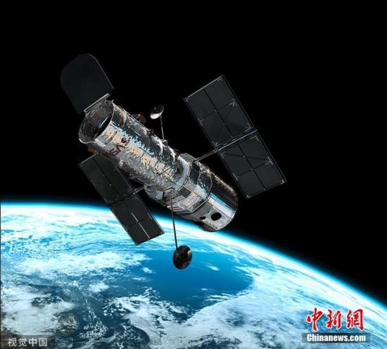 """9月11日讯(具体拍摄时间不详),美国宇航局/欧空局的哈勃太空望远镜环绕地球运行。加州大学洛杉矶分校的研究人员首次在名为K2-18b的太阳系外行星的大气层中发现水蒸气。K2-18b距离地球111光年,可能是有外星生命存在的""""放大版地球"""",被形容为可能是""""超级地球"""",也就是可能支撑生命的巨大岩石行星。图片来源:视觉中国"""