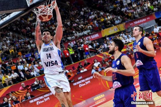 不敌阿根廷后,塞尔维亚于美国这两支赛会夺冠的热门球队只能在5-8名排位赛中相遇。(资料图:图为阿根廷队球员戴克(左)在比赛中扣篮。<a target='_blank' href='http://www.chinanews.com/'>中新社</a>记者 陈骥旻 摄)