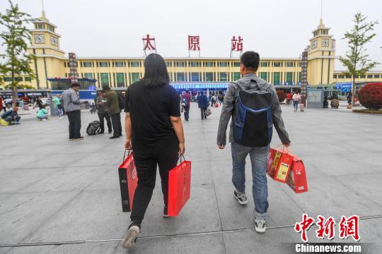 资料图:旅客带当地特产作为中秋礼物回家。武俊杰 摄