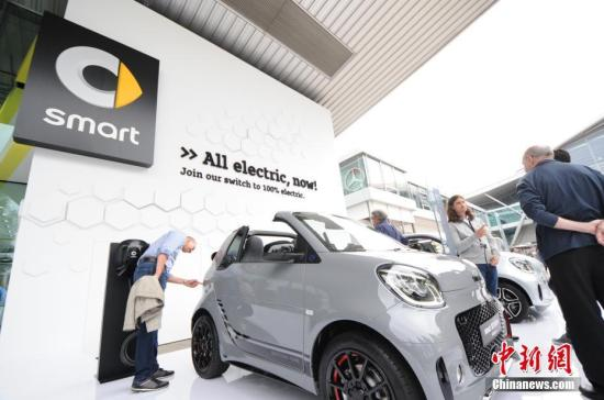 资料图:图为戴姆勒旗下的Smart品牌推出的全电动汽车。