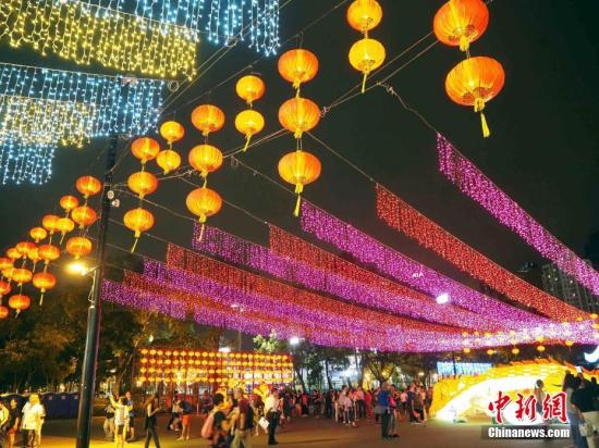 9月12日晚,香港市民和游客在维园观赏花灯。中秋节期间,康乐及文化事务署在多个公园举行彩灯展览,与市民共贺佳节,其中维多利亚公园更设有光影装置。/p中新社记者 洪少葵 摄