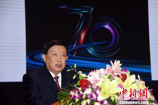 """9月12日,为迎接和致敬新中国成立70周年,中国科学院在北京举行主题为""""中国科技70年·道路与经验""""的战略与决策高层论坛,共同探讨中国科技70年发展的重要成就和经验,并为加快建设世界科技强国建言献策。图为中科院院士、科学技术部原部长徐冠华做特邀报告,他建议设立中华人民共和国国家主席青年科技奖,每年遴选100至200名给予奖励,大力培育德才兼备的中青年人才。中新社记者 孙自法 摄"""