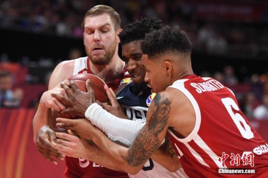 资料图:9月14日,在北京举行的2019年国际篮联篮球世界杯7至8名排位赛中,美国队以87比74战胜波兰队,获得本届世界杯第七名。图为双方球员在比赛中抢球。<a target='_blank' href=