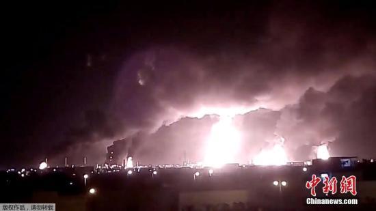 本地工夫9月14日,沙特阿推伯的沙特国度石油公司遭无人机打击后,火警现场降起熊熊水光。据报导,沙特国度石油公司(阿好石油公司)的两处主要石油设备14日遭到无人机打击,并发作火警。也门胡塞武拆声称对此事卖力。