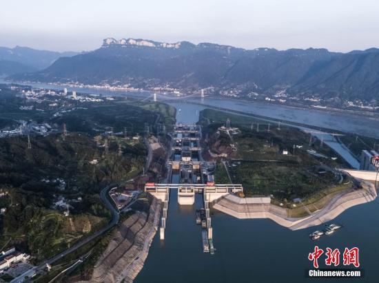 资料图:【三】峡坝区河段【一】派繁忙景象。峡通航管理局 供图