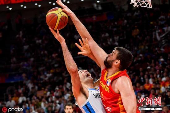 9月15日,2019年男篮世界杯在北京迎来了最终决战,比赛开始后,西班牙队从始至终掌控了比赛走势。在小加索尔和卢比奥的率领下,西班牙队最终以95:75击败阿根廷队,获得最终冠军。图为小加索尔在比赛中与斯科拉对抗。图片来源:ICphoto