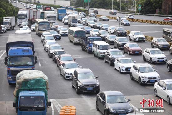 9月15日,中秋小长假即将结束,上海各条高速公路迎来返程车流高峰。张亨伟 摄