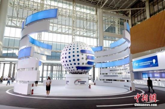 9月15日,天津市,观众走过2019年国家网络安全宣传周雕塑模型。 2019年国家网络安全宣传周将于9月16日在天津举行开幕式。作为本次活动的重头戏,2019年网络安全博览会于9月14日至20日在天津梅江会展中心举办,百余家网络安全和互联网企业参展。中新社记者 张道正 摄
