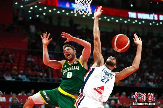 9月15日,法国球员戈贝尔(右)在比赛中拼抢。当日,在北京进行的2019年国际篮联篮球世界杯季军争夺战中,法国队67:59战胜澳大利亚队,摘得铜牌。中新社记者 富田 摄