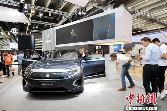 9月13日,法兰克福国际车展现场展出的中国品牌拜腾M-Byte智能电动汽车。作为有上百年历史的全球汽车业盛会,正在举行的第68届法兰克福国际车展被视为直击汽车大国德国产业动向、解读全球车业发展趋势的重要风向标。中新社记者 彭大伟 摄