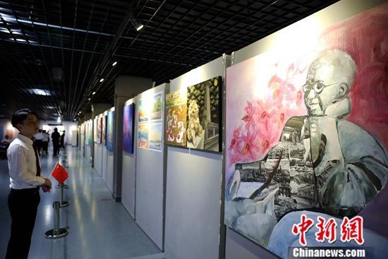 资料图为艺术家创作的陈嘉庚画作。中新社记者 李思源 摄