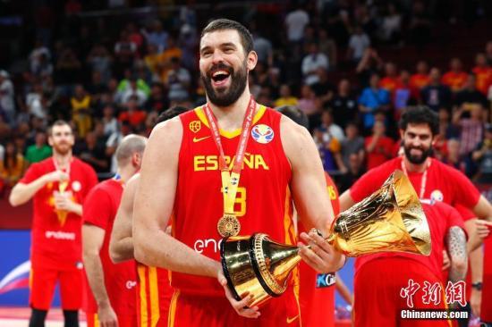 西班牙队球员加索尔庆祝胜利。<a target='_blank' href='http://www.chinanews.com/'>中新社</a>记者 富田 摄