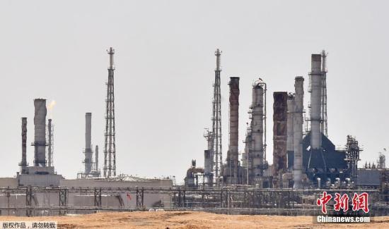 当地时间2019年9月14日,卫星云图显示沙特阿美石油公司遭无人机袭击的两处石油设施,浓烟滚滚。沙特阿拉伯内政部14日发表声明说,当天凌晨,有数架无人机袭击了沙特国家石油公司(阿美石油公司)的两处石油设施并引发火灾。