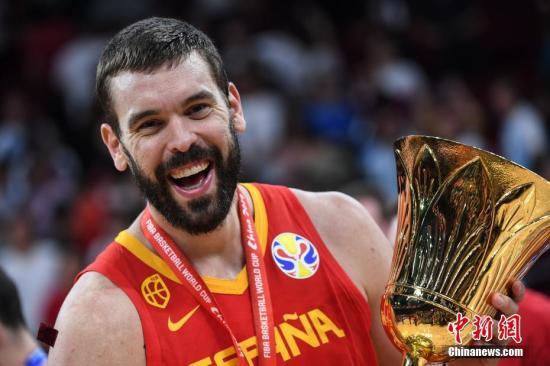 9月15日,2019男篮世界杯决赛在北京举行,西班牙队以95比75战胜阿根廷队,取得本届男篮世界杯冠军。图为西班牙队球员小加索尔举起奖杯。<a target='_blank' href='http://www.chinanews.com/'>中新社</a>记者 崔楠 摄