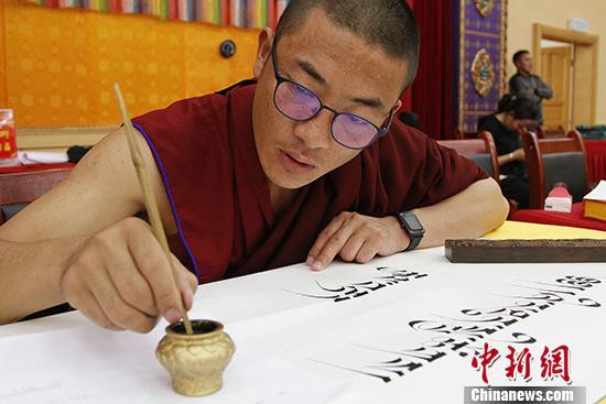 9月16日,西藏拉萨百名僧尼庆祝新中国成立70周年书法比赛在此间举行。 中新社记者 赵朗 摄