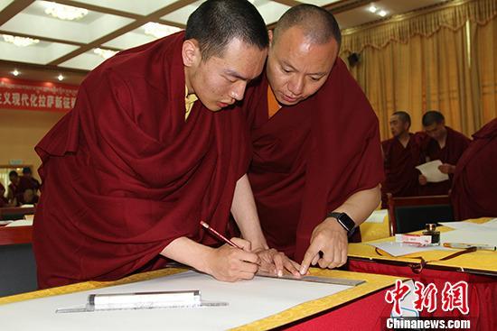 9月16日,西藏拉萨百名僧尼庆祝新中国成立70周年书法比赛在此间举行。图为夏仲活佛与帕洛活佛做赛前准备。 中新社记者 赵朗 摄