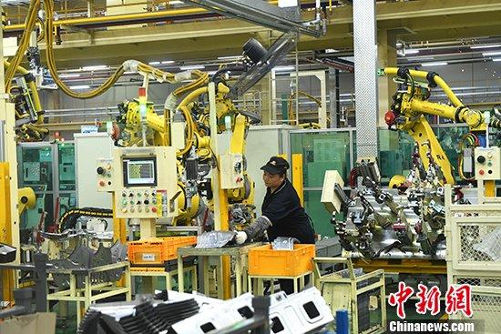 资料图:工人在重庆一汽车零件生产车间工作。<a target='_blank' href='http://www.chinanews.com/'>中新社</a>记者 陈超 摄