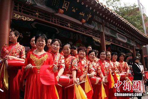 当地时间9月15日,加拿大蒙特利尔华人社区的腰鼓队在唐人街中山公园前整装待发,参加蒙特利尔侨学界在此举行的中华人民共和国国旗升旗仪式,庆祝新中国成立70周年。记者 余瑞冬 摄