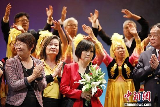 图为参与早会的职员开影纪念。 a target='_blank' href='http://www.chinanews.com/'中新社/a记者 刘闭闭 摄