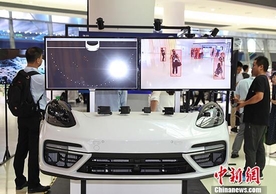 资料图:车企展示自动驾驶过程中车辆通过AI系统识别行人。 中新社记者 张亨伟 摄