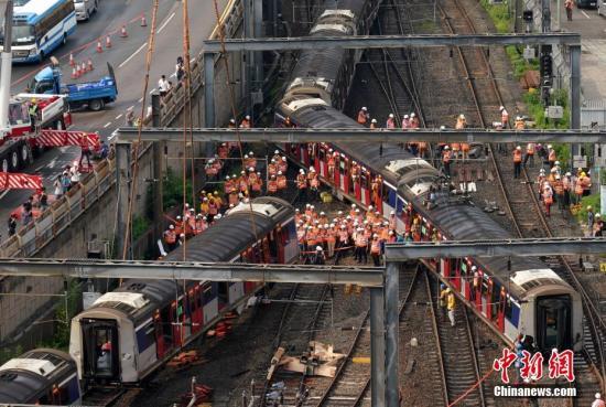资料图:9月17日上午8时许,一列由旺角东站开往红磡站的列车驶近红磡站时车厢出轨。中新社记者 张炜 摄