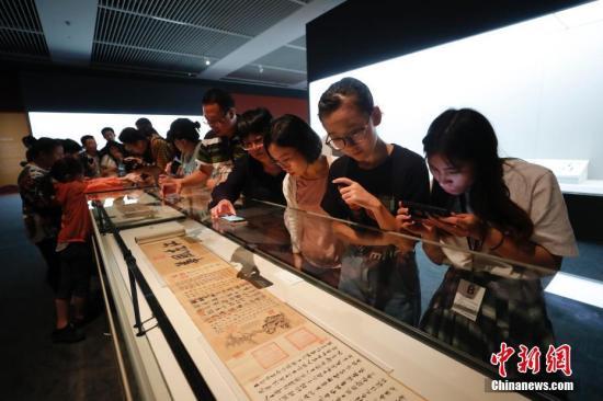 """9月17日,文化和旅游部、国家文物局主办的""""回归之路——新中国成立70周年流失文物回归成果展""""在中国国家博物馆开幕。中国国家文物局系统梳理了中华人民共和国成立70年来300余批次、15万余件回归文物情况,精心遴选25个具有代表性的文物回归案例,统筹调集全国12个省市、18家文博单位的600余件文物参展,这是中国首次对流失文物回归工作进行全景式展现。图为观众参观《伯远帖》(王珣《伯远帖》卷,晋代,故宫博物院藏)。 中新社记者 杜洋 摄"""