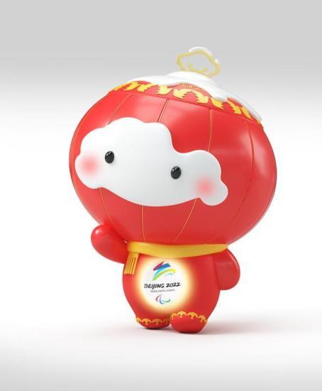 """吉祥物是一届奥运会视觉形象系统的重要元素,用一种可以触及的方式来展现主办国历史、文化与自然元素。自1976年第一个冬奥会官方吉祥物诞生以来,在过去的十二届冬奥会中,组委会共推出了23个吉祥物,其中以动物为形象的吉祥物16个,占比约70%。图为2022年北京冬残奥会吉祥物""""雪容融""""。北京冬奥组委 供图"""