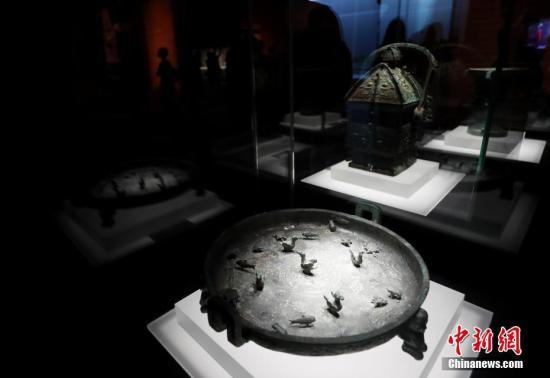 """9月17日,文化和旅游部、国家文物局主办的""""回归之路——新中国成立70周年流失文物回归成果展""""在中国国家博物馆开幕。中国国家文物局系统梳理了中华人民共和国成立70年来300余批次、15万余件回归文物情况,精心遴选25个具有代表性的文物回归案例,统筹调集全国12个省市、18家文博单位的600余件文物参展,这是中国首次对流失文物回归工作进行全景式展现。图为观众参观山西闻喜西周春秋青铜器晋公铜盘(春秋,山西博物院藏)。 中新社记者 杜洋 摄"""