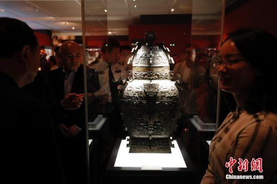 """9月17日,文化和旅游部、国家文物局主办的""""回归之路——新中国成立70周年流失文物回归成果展""""在中国国家博物馆开幕。中国国家文物局系统梳理了中华人民共和国成立70年来300余批次、15万余件回归文物情况,精心遴选25个具有代表性的文物回归案例,统筹调集全国12个省市、18家文博单位的600余件文物参展,这是中国首次对流失文物回归工作进行全景式展现。图为观众参观青铜皿方罍(商代,湖南省博物馆藏)。 中新社记者 杜洋 摄"""