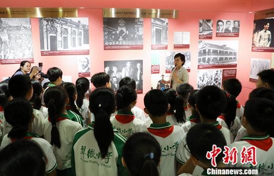 9月17日,中联部第五次开放日活动在北京举行,北京市海淀区翠微小学的50名少先队员在中联部上了一堂特殊的外交体验课。图为少先队员参观图片展。中新社记者 赵隽 摄