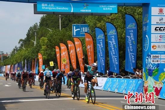"""9月17日,2019第十届环鄱阳湖国际自行车大赛在江西省赣州市上犹县鸣笛开赛,来自25个国家和地区的117名专业自行车选手在此上演""""疯狂的赛车""""。经过2个多小时的竞争角逐,来自德国助力车队的选手卢卡斯·卡斯滕森在大团中率先冲过终点,夺得首站赛段冠军。记者 刘占昆 摄"""