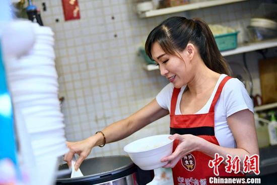 """作为土生土长的香港人,郭德英在深水埗长大,这里美食林立、宁静和谐。从小跟着妈妈上街买菜、热衷美食的郭德英,在从事15年""""空姐""""工作后,回到自小生长的地方,开设了一间小食店。味美干净、量大""""抵食"""",又有""""空姐""""转行卖牛肉饭的特色,自2016年开张,小食店赢得众多街坊及年轻食客的青睐。<a target='_blank' href='http://www.chinanews.com/'>中新社</a>记者 李志华 摄"""