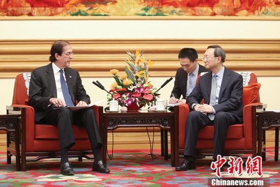 9月17日,中共中央政治局委员、中央外事工作委员会办公室主任杨洁篪在北京会见多米尼加总统府部部长蒙塔尔沃。中新社记者 盛佳鹏 摄