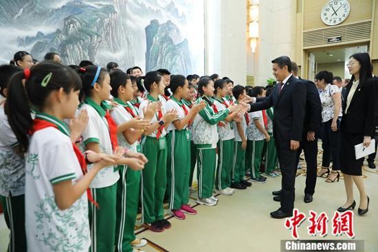 9月17日,中联部第五次开放日活动在北京举行,北京市海淀区翠微小学的50名少先队员在中联部上了一堂特殊的外交体验课。图为少先队员观摩外事活动。中新社记者 赵隽 摄