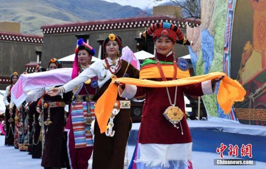 资料图:藏族女孩展示民族服饰。刘忠俊 摄