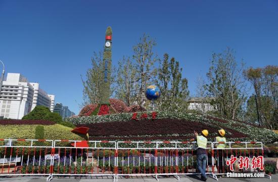 资料图:天气晴朗,北京街头主题花坛,吸引市民驻足观赏拍照。<a target='_blank' href='http://www.chinanews.com/'>中新社</a>记者 张兴龙 摄