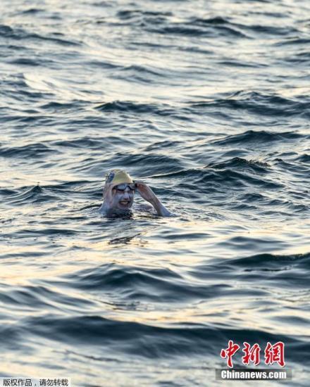 男子欲横跨英吉利海峡 8小时后在距起点500米处被救回图片