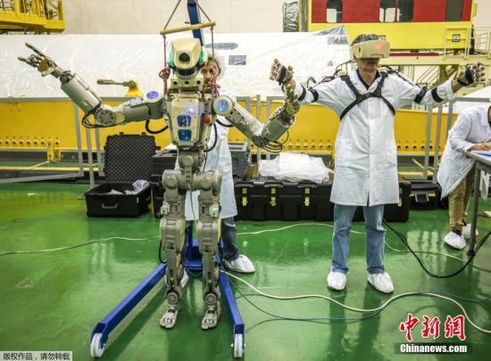 图为当地时间2019年7月26日,哈萨克斯坦,首个宇航用途的人形机器人Skybot F-850,该机器人身高超1.8米,重163公斤,不仅能开车、做俯卧撑和双枪快速射击等。