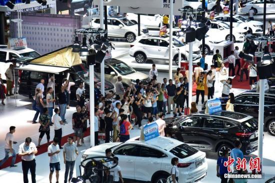 """9月18日,第痉使您-东盟(柳州)汽车产业展览会正在广西柳州市落幕。当天,现场有超越300款车型集合展现,此中的VR装备战年夜门生圆程式赛车涤氚物"""",吸收公众狄综球。此次的VR装备可将体验者悬吊正在空中,停止沉醉式体验,吸收很多公众列队。而广西科技年夜教的年夜门生圆程式赛车,则凭仗超低坐姿战科技感的外型吸收了公众逞砒体验。图汽专会现场人流川流不息。王以照 摄"""