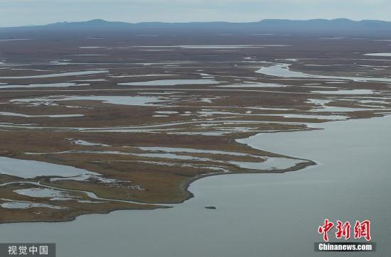 资料图:由于全球温度升高,在阿拉斯加近85%的地方发现多年冻土开始融化。报告表明,随着永久冻土层融化,它释放出二氧化碳,这增加了温室气体效应,继续使地球变暖。图片来源:视觉中国