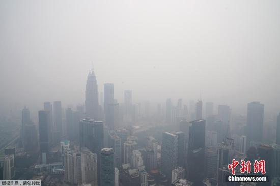 本地工夫9月18日,受印度西亚持丛林火警,马去西亚凶隆坡呈现严峻氛围净化。据报导,迩来印气候枯燥,更是加重了水势的蔓屯。跟着烟霾的分散,马去西亚、新减坡等邻国也遭到扳连。