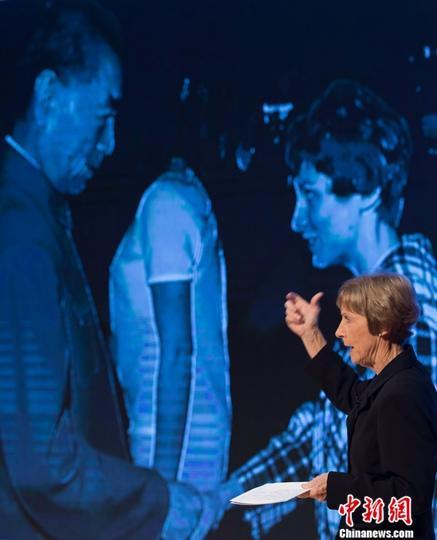 """当地时间9月17日,亲历1971年""""乒乓外交""""的美国国家女子乒乓球队队员康妮·史维利斯做分享。当日,由中国日报社主办的新时代大讲堂在纽约亚洲协会举行。中新社记者 廖攀 摄"""