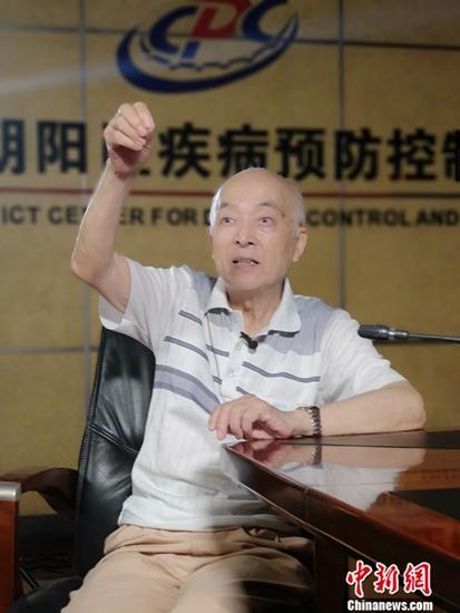 """中国鼠类防制学科奠基人、病媒生物防制专家汪诚信,人称""""老猫"""",虽已86岁但仍然身形矫健。近日,汪诚信在北京接受中新社记者专访,忆起64年的""""斗鼠""""生涯,他调侃自己是""""一条邪路走到黑""""。中新社记者 李亚南 摄"""