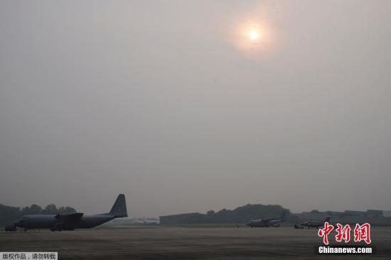 本地工夫9月19日,马去西亚空甲士员正在梳邦的一个空军基天筹办对凶隆坡上空停止野生删云降雨功课,以应对雾霾气候。