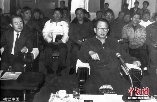1988年12月,韩国,时任治安本部长到访华城连环杀人案调查本部。图片来源:视觉中国