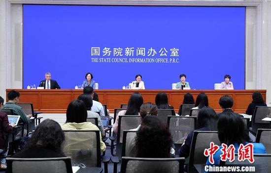9月19日,中国国务院新闻办公室在北京发表《平等 发展 共享:新中国70年妇女事业的发展与进步》白皮书。白皮书指出,妇女参与国际交流与合作日益广泛,国家外交领域活跃着一批女外交官,截至2018年10月,中国有女外交官2065人,占外交官总数的33.1%。中新社记者 张宇 摄