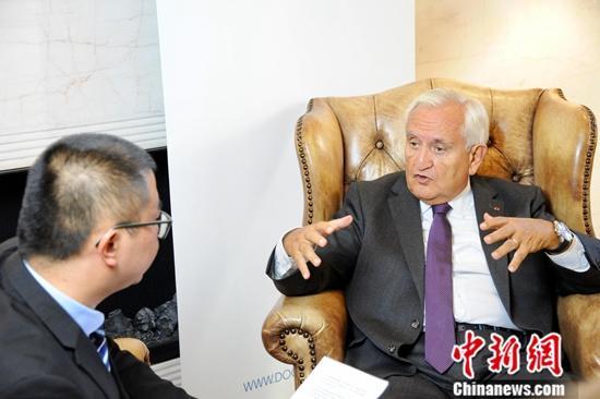 """曾任法国总理的拉法兰现为法国政府中国事务代表、法国展望与创新基金会主席,卸任总理后仍积极活跃在法中友好交往一线。近日,拉法兰应邀在柏林智库""""文明对话研究所""""发表演讲后接受了记者专访。拉法兰表示,自己是一个非常专注的中国观察者,2020年将是他与中国打交道的第五十个年头。""""令我印象最为深刻的是,中国实现这些发展成就的速度之快。"""" 资料图为9月11日,拉法兰接受中新社记者采访。中新社发 孔芳 摄"""