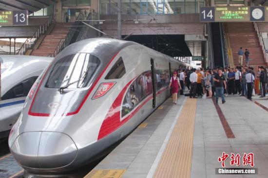 9月20日,在京雄城际铁路(北京段)开通前夕,记者对这条线路进行了探访并乘车体验。京雄城际铁路(北京段)截至目前已经先后完成轨道、供电、接触网、通信、信号等各系统联调联试,动车组已按照运行图组织行车运行试验,工程初步验收和安全评估等也已完成。9月底开通运行后,旅客乘高铁列车从北京西站到大兴国际机场,仅需20多分钟。图为停靠在北京西站站台的京雄城际55003次列车。<a target='_blank' href='http://www.chinanews.com/'>中新社</a>记者 贾天勇 摄